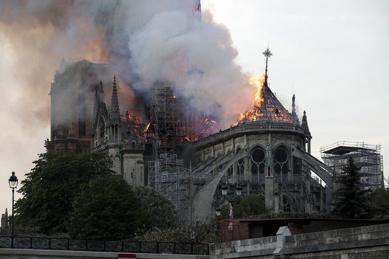 法國巴黎聖母院15日傍晚發生大火,造成巴黎聖母院塔尖倒塌,建築損毀嚴重。(新華社...