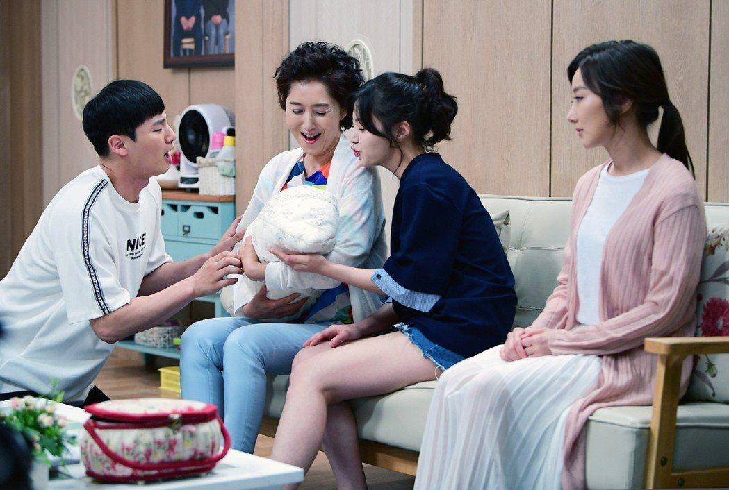 李仁譓(右)在「我也是媽媽」戲中演出代理孕母角色。圖/中天提供