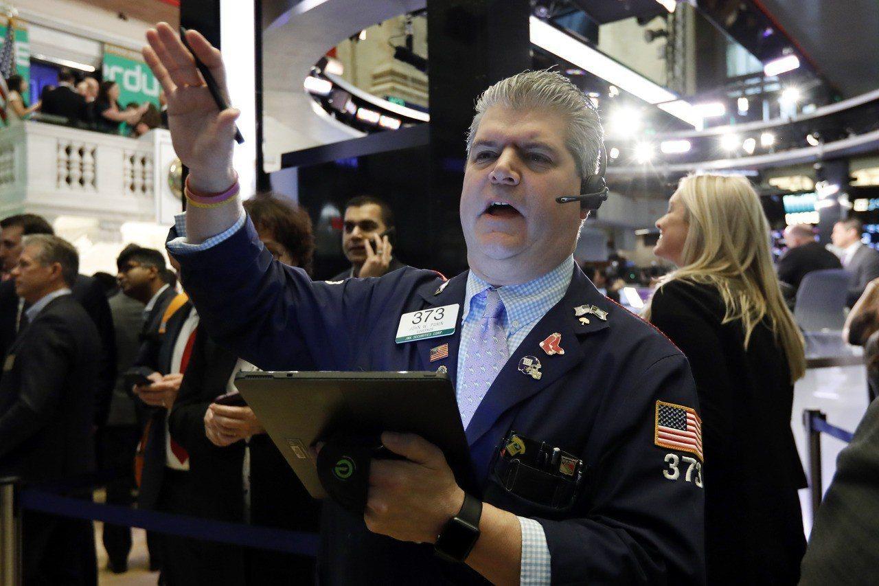 今年全球股市大漲,但各大央行及機構下調經濟成長前景,令投資人拿不定未來走勢。美聯...