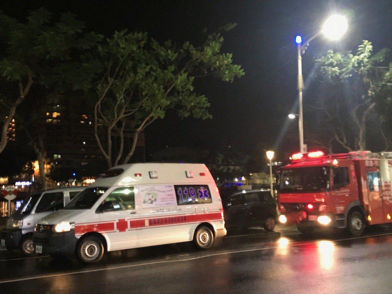 警消獲報疑似有2人落水,出動人車救援。記者林伯驊/攝影