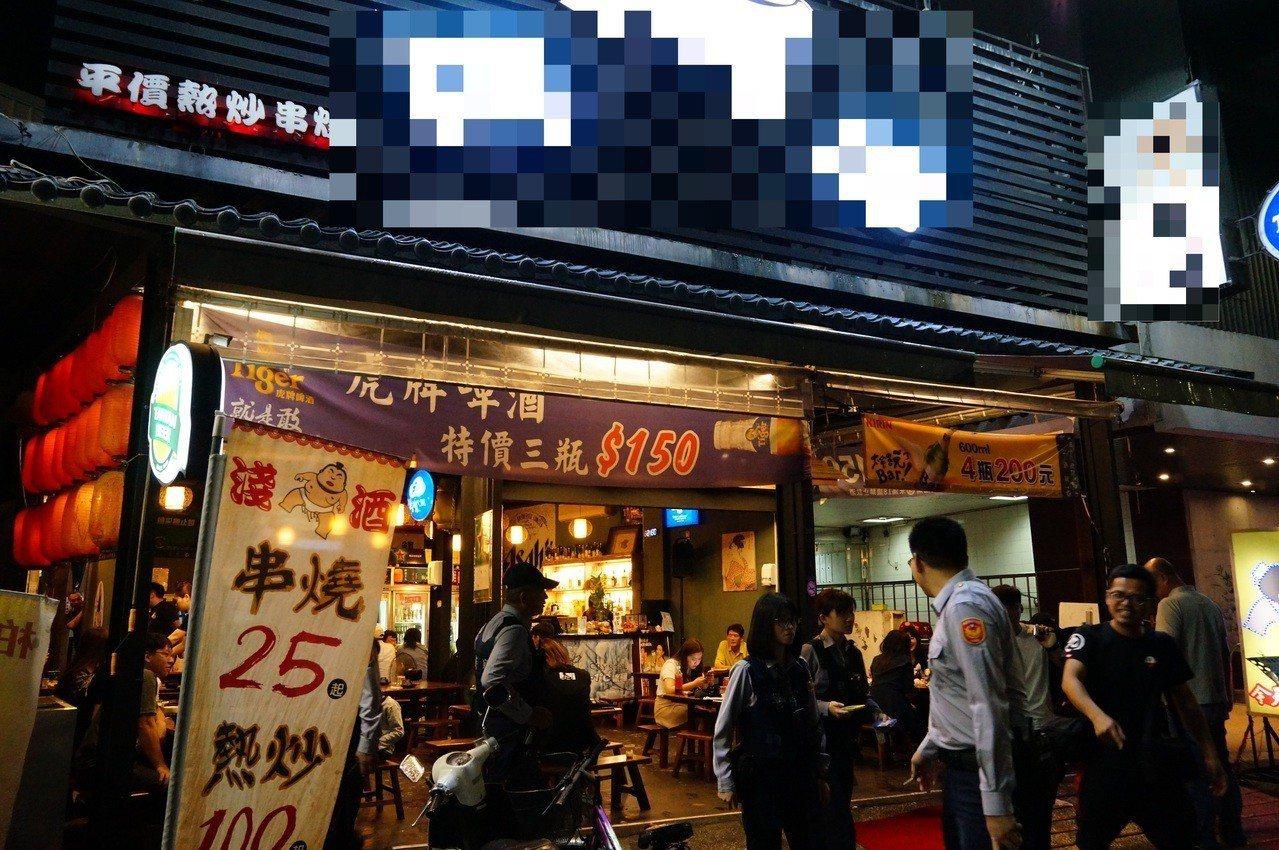 2名男子跳入愛河游泳之前,在河東路上的串燒熱炒店喝酒。記者林伯驊/攝影