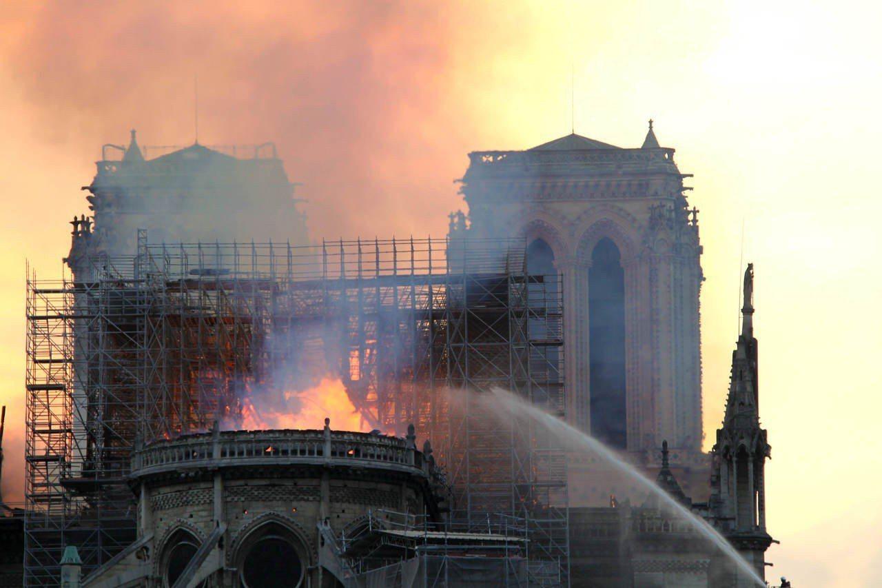 巴黎聖母院發生大火,受損嚴重。大批消防人員在現場進行撲救。 (中新社)