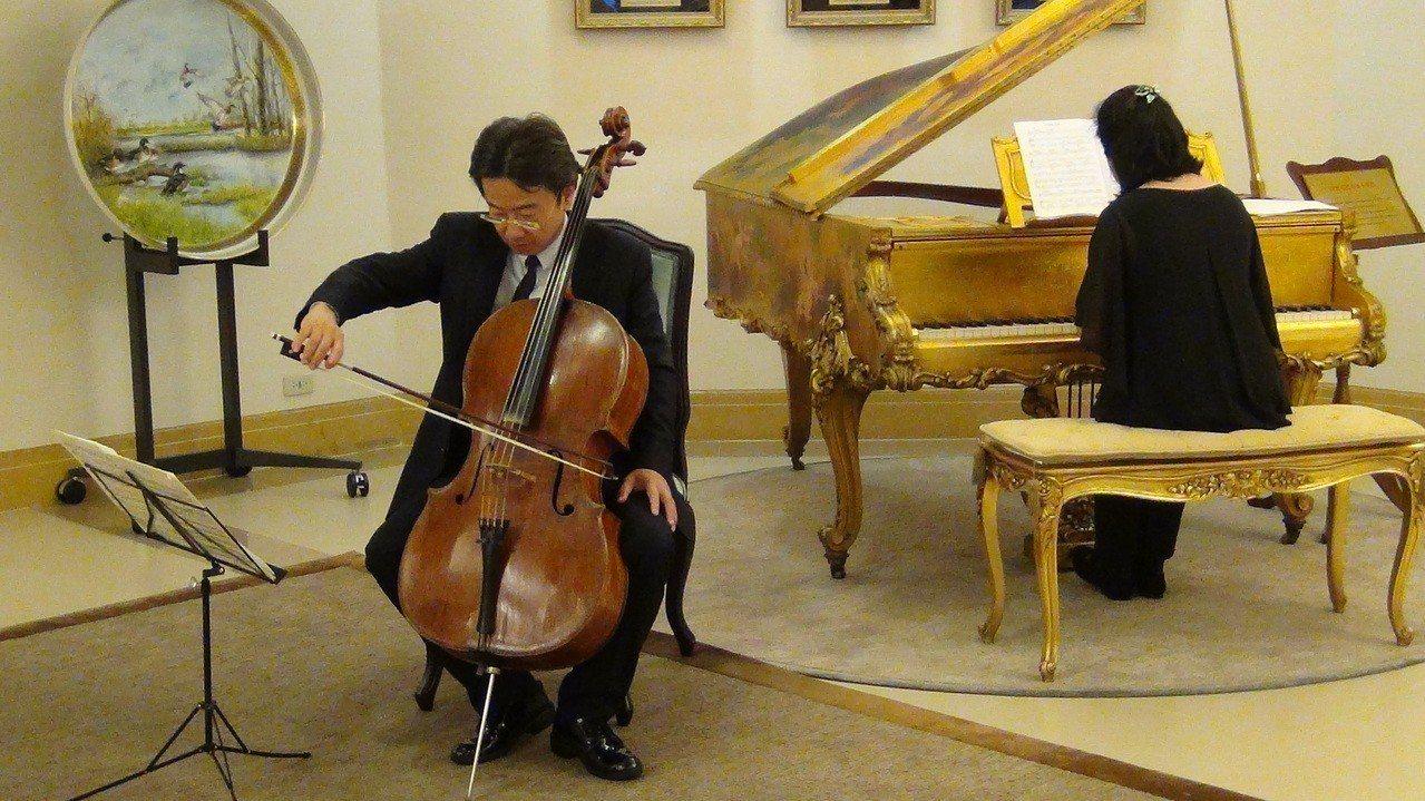 張正傑今天下午在記者會上,演奏他和太太謝婉玲共同作曲的「左手受傷紀念曲」,曲末用...