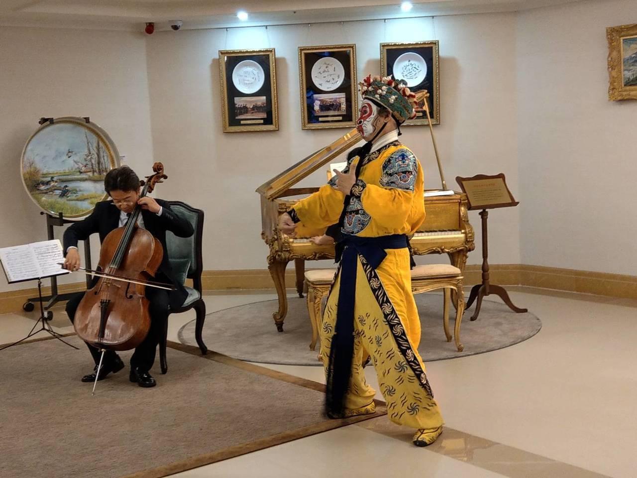 張正傑(左)5月18日將舉行返國30周年音樂會,和京劇美猴王朱陸豪(右)跨界合作...