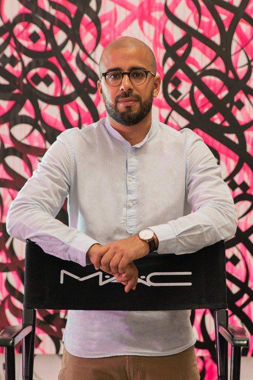 街頭潮流塗鴉藝術家eL Seed推出M.A.C聯名彩妝,讓彩妝控們與潮流接軌。圖...