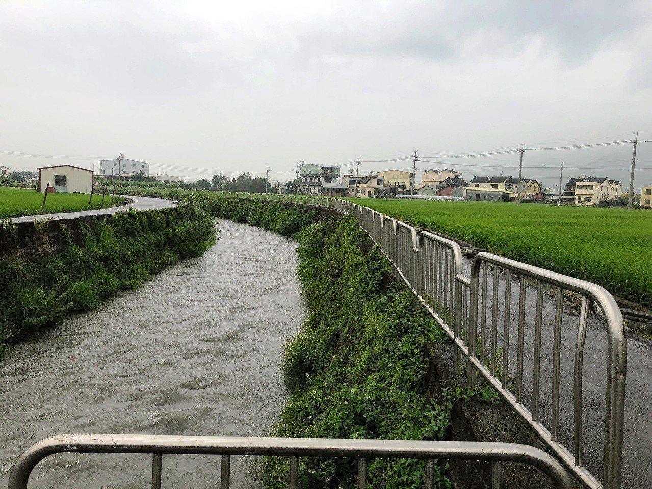 二水鄉八堡二圳今天下午放水讓下游農田灌溉,水流湍急。照片/消防局第二大隊提供