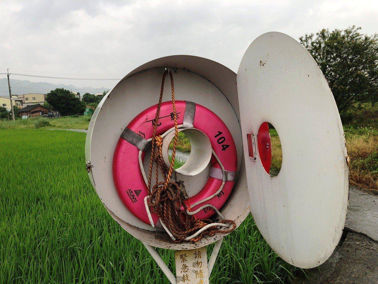 彰化縣消防局在縣內主要河川和水圳岸邊,建置許多救生圈和救生繩系統。照片/消防局第...