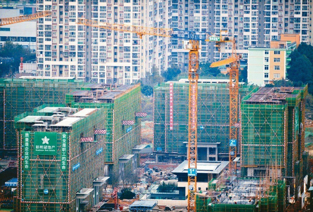 3月中國一二三線城市二手房價環比漲幅皆擴大。圖為成都城區正在建設中的一小區。 中...