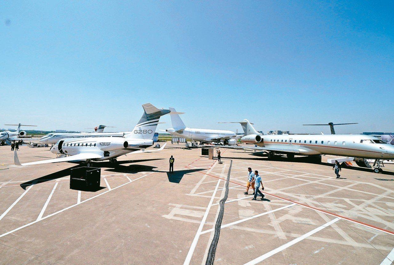 2019亞洲商務航空大會及展覽會4月16日開幕,參展公務機在上海虹橋機場停機坪安...
