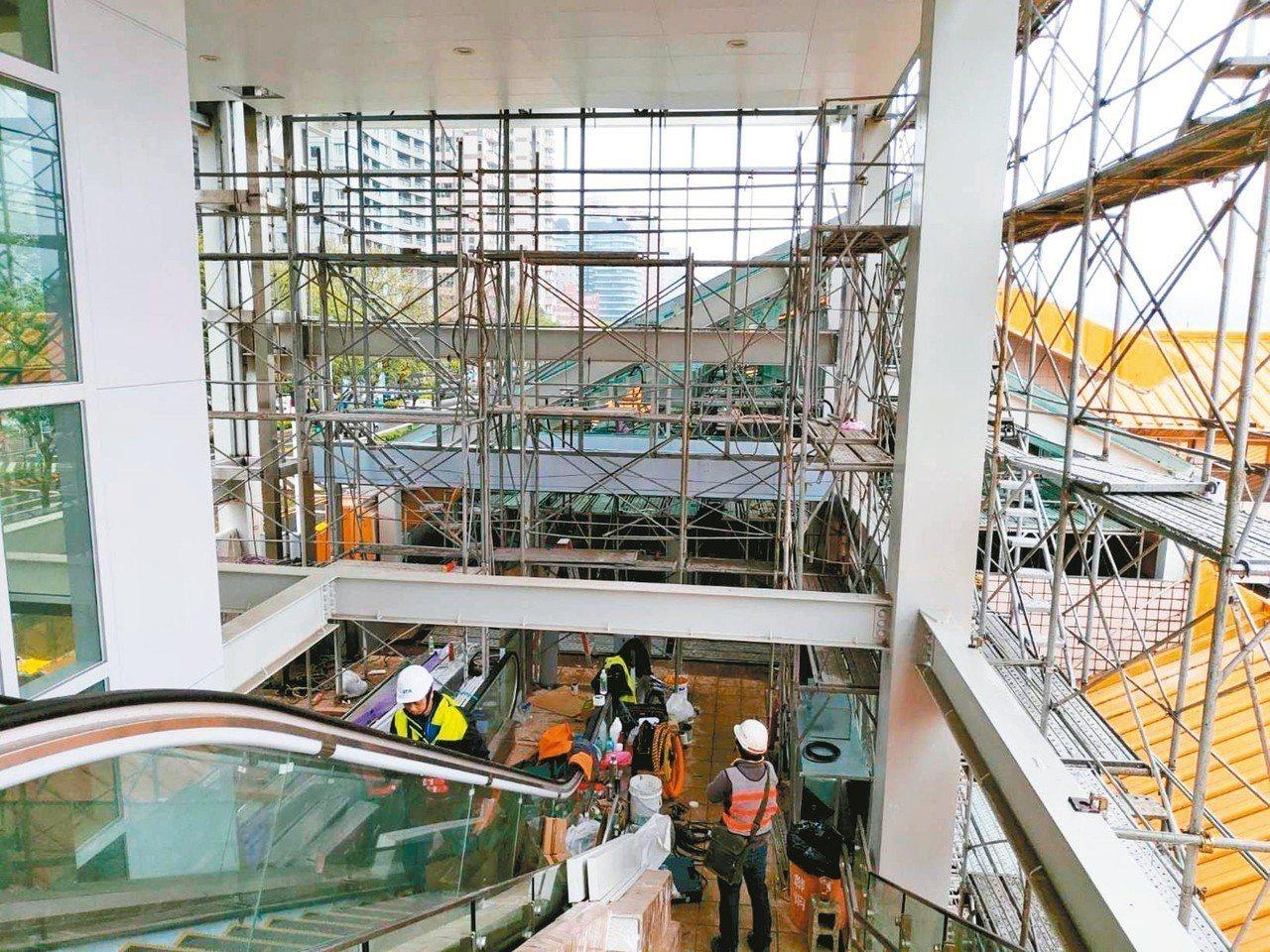 淡海輕軌和台北捷運紅樹林站連通道工程正在施工,預計七月完成,屆時民眾轉乘淡海輕軌...