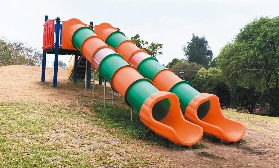 明和公園巨大的水管造型滑梯成為公園特色,因斜度大,孩童直接落地易摔傷。 圖/台南...