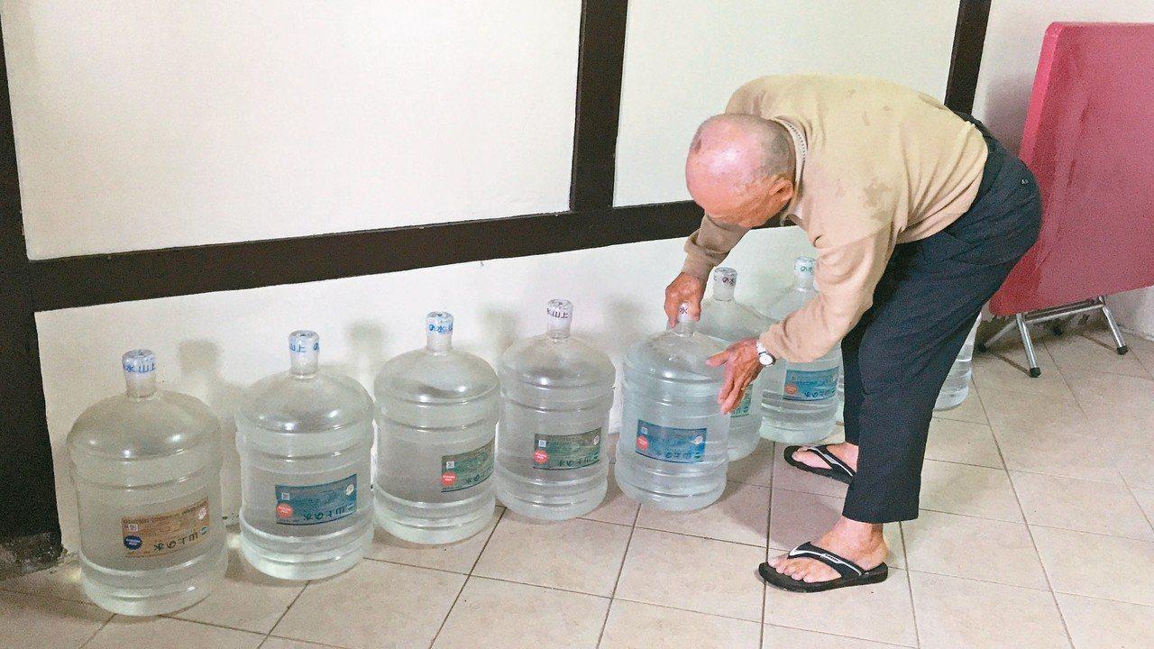 花蓮新城鄉大漢村古井街住戶因井水石灰質高不敢飲用,都得買水。 記者王燕華/攝影