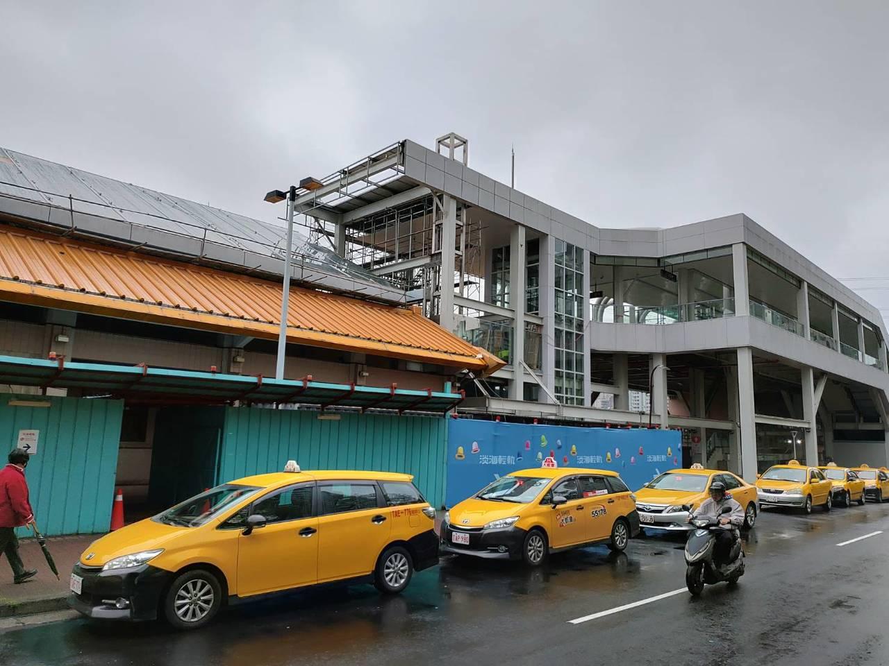 連通道預計七月完成,屆時民眾轉乘淡海輕軌免出站。 圖/新北市捷運局提供