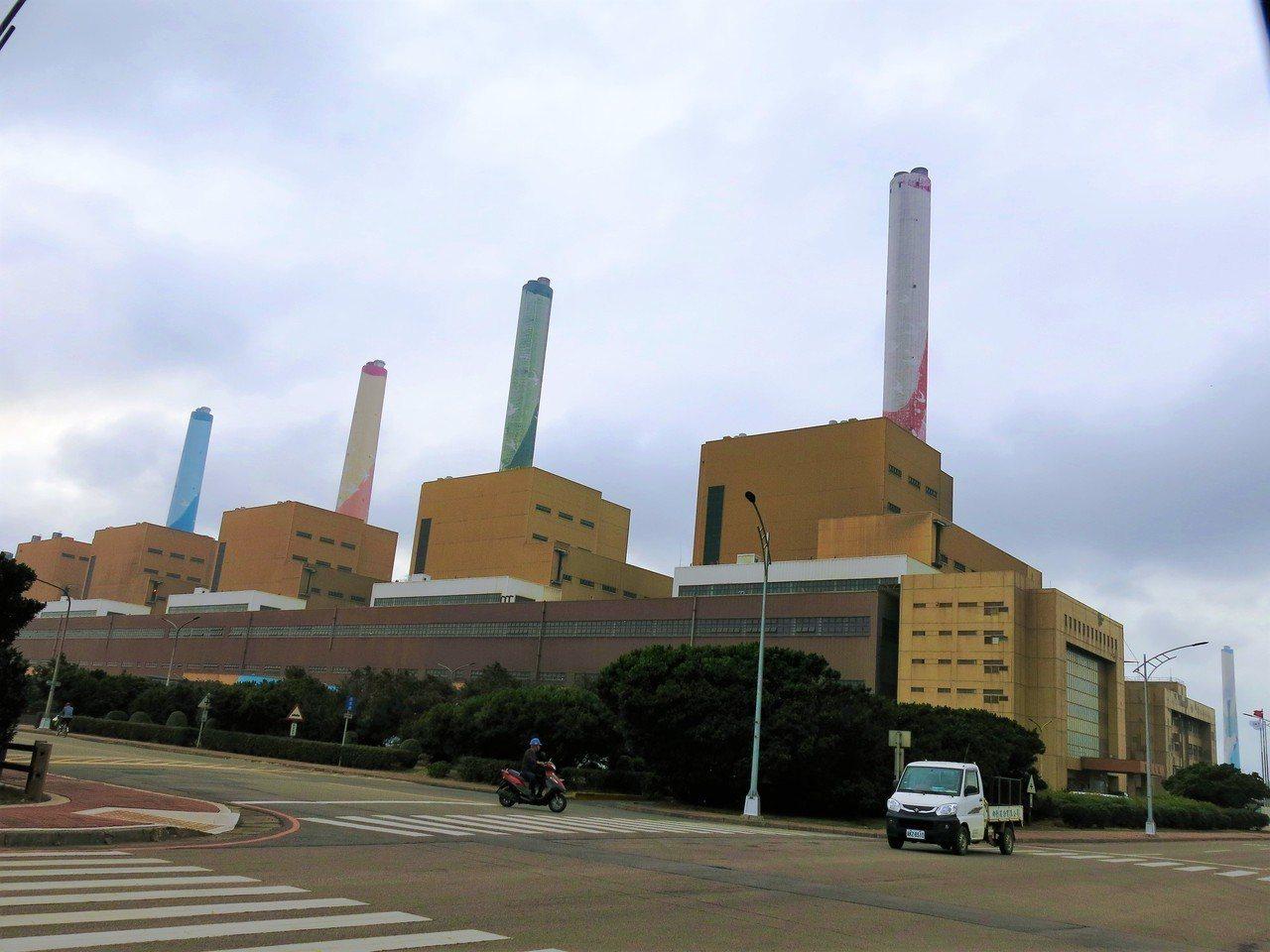 台中火力發電廠因放流水超標,遭罰新台幣2000萬元。記者黑中亮/攝影