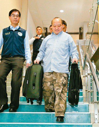 發表「武統論」的旅美大陸學者李毅(右)日前來台演講,因與申請目的不同,遭移民署強...