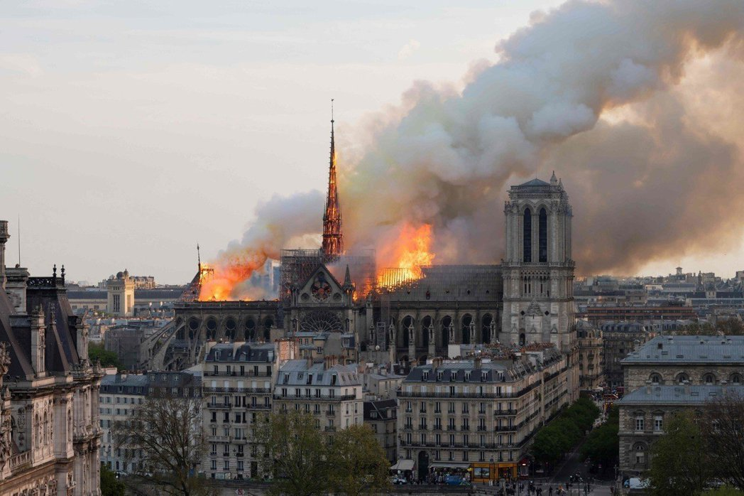 巴黎聖母院15日遭祝融,教堂尖頂在烈焰中倒塌,建築後方竄出大量濃煙,看到逾800...