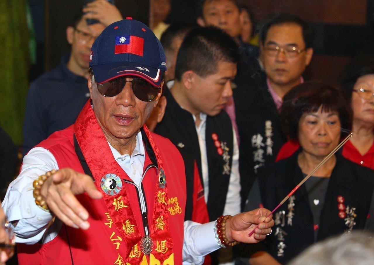 鴻海集團總裁郭台銘上午到板橋慈惠宮參拜。記者王騰毅/攝影