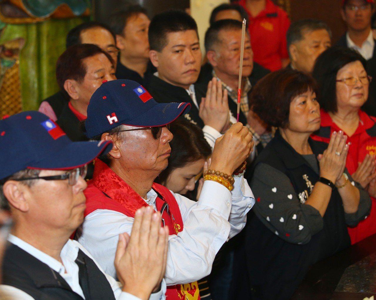 考慮參選總統的鴻海集團總裁郭台銘上午到板橋慈惠宮參拜,他說前幾天媽祖託夢給他,要...