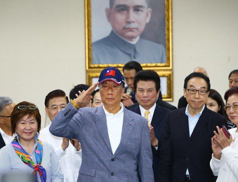 鴻海董事長郭台銘下午應邀出席中常會接受國民黨致贈榮譽狀。聯合報系記者陳柏亨/攝影