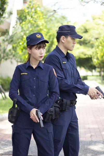 台中市警局神雕俠侶情侶檔劉源昇(右)、楊舒婷(左),要在5月步入禮堂。 記者陳宏...
