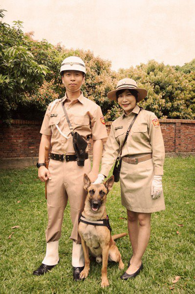 台中市警局復刻1966年的舊款卡其色警服,為歷史留下紀錄。 圖/台中市警局警犬隊...