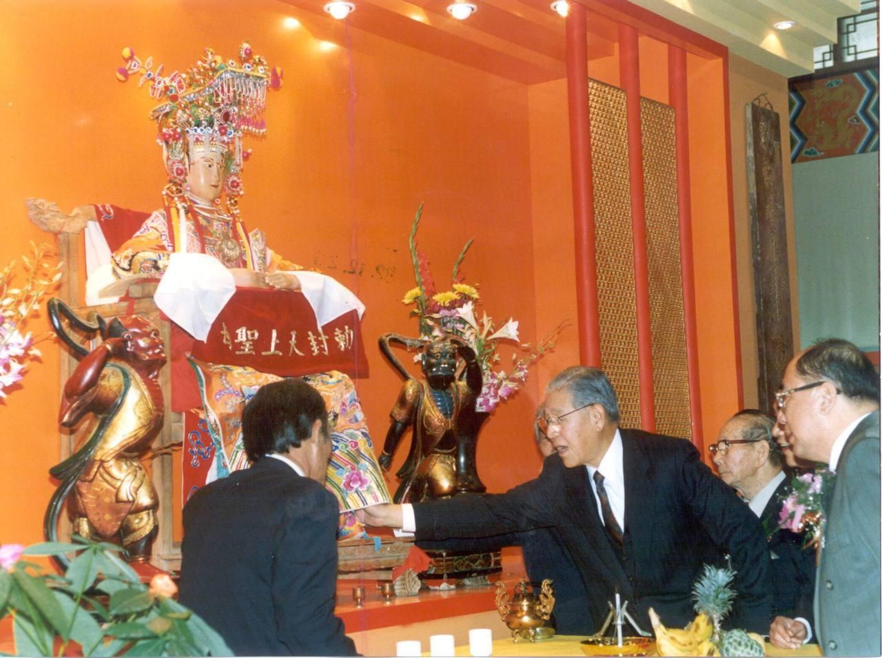 李登輝當總統時,曾在台南鹿耳門聖母廟手觸媽祖像,希望賜福保佑。圖/聯合報系資料照...