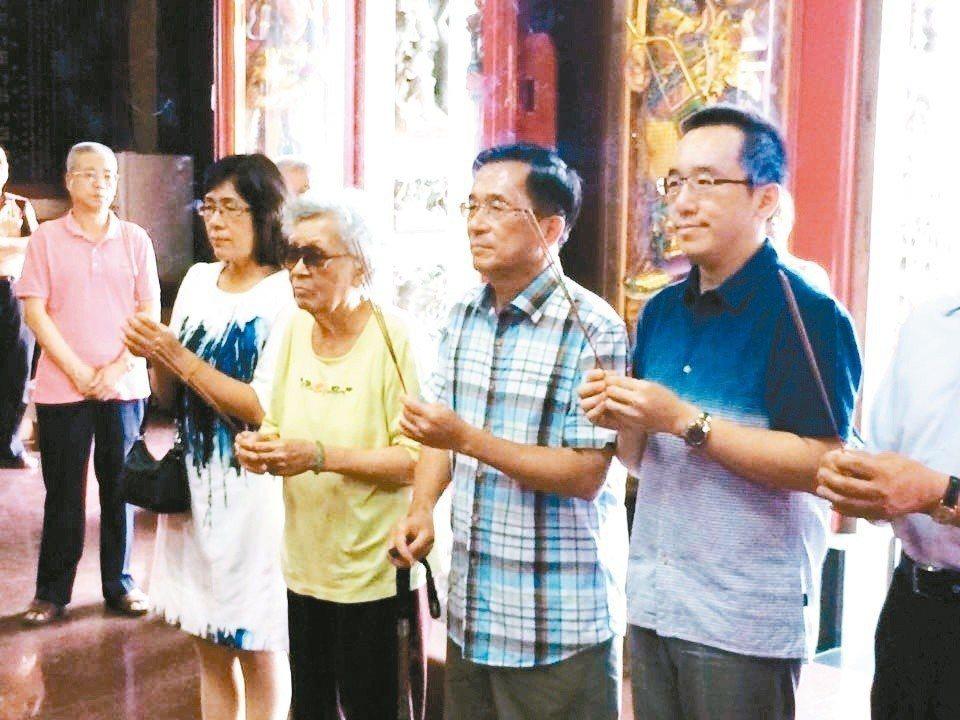 前總統陳水扁(右2)由陳致中(右1)、扁媽陳李慎(右3)陪同,保外就醫後回到台南...