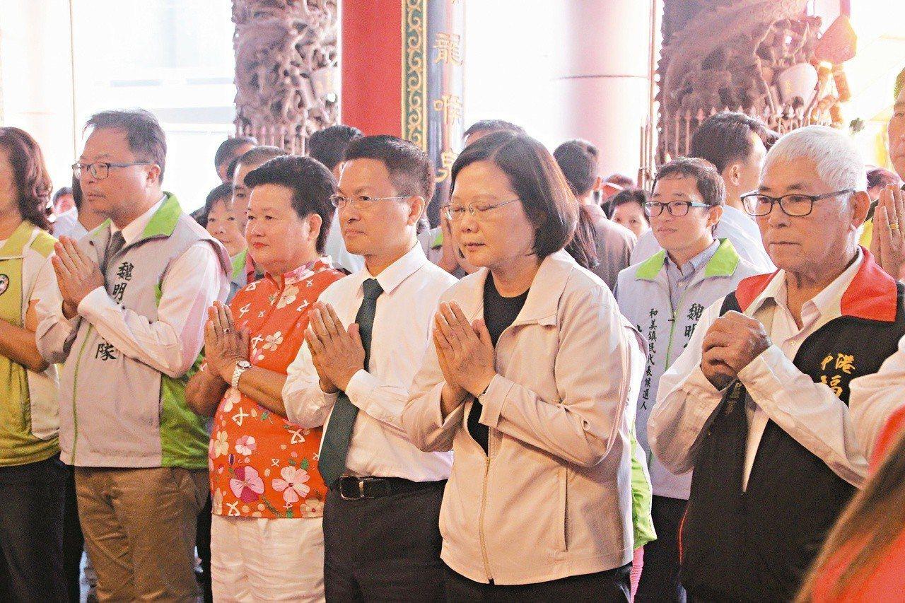 總統蔡英文(前排右一)去年到彰化縣伸港鄉福安宮參拜媽祖。圖/聯合報系資料照片