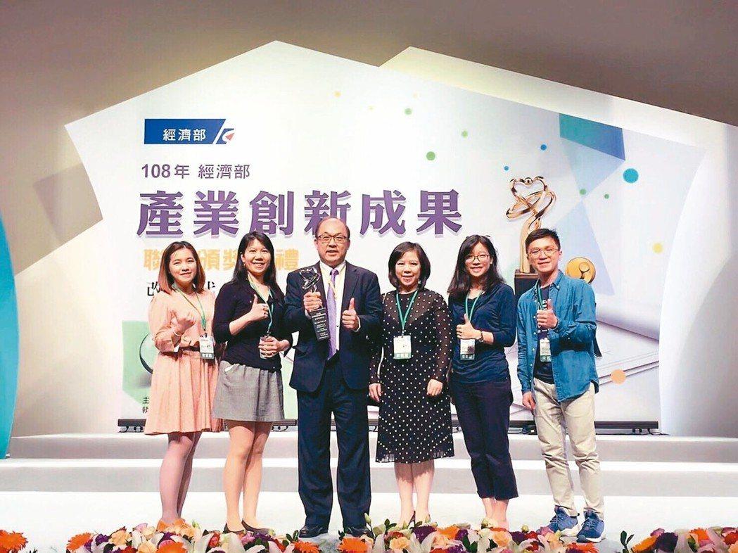 北科大教授方旭偉(左三)領軍的生醫材料產學聯盟,贏得國家產業創新獎團隊類獎項。 ...