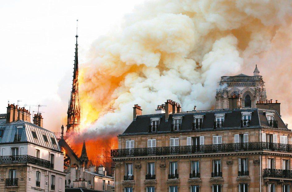 法國重要的歷史文化地標巴黎聖母院15日發生火警,法國總統馬克宏將發起國際募款活動...