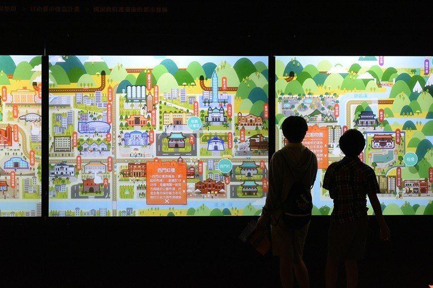臺北上河圖多媒體裝置帶領觀眾一覽臺北城的過去和現在。 人文遠雄博物館/提供