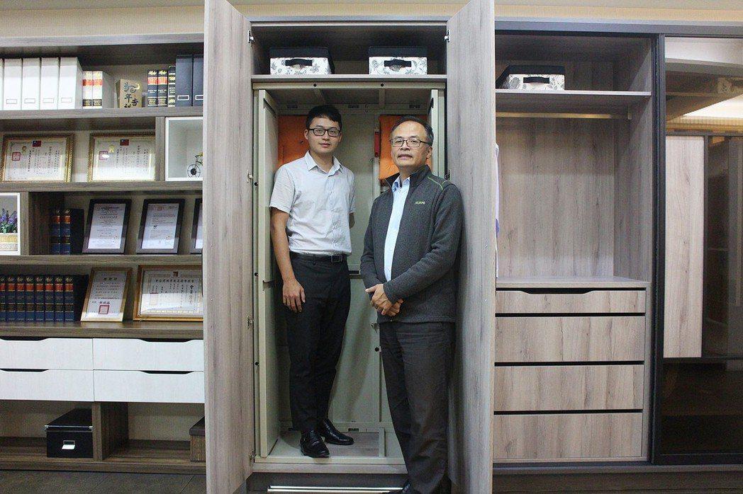 安心防災科技總經理李志村(右)與經理李育丞,展示內部空間足以兩位成人躲避。業者/...