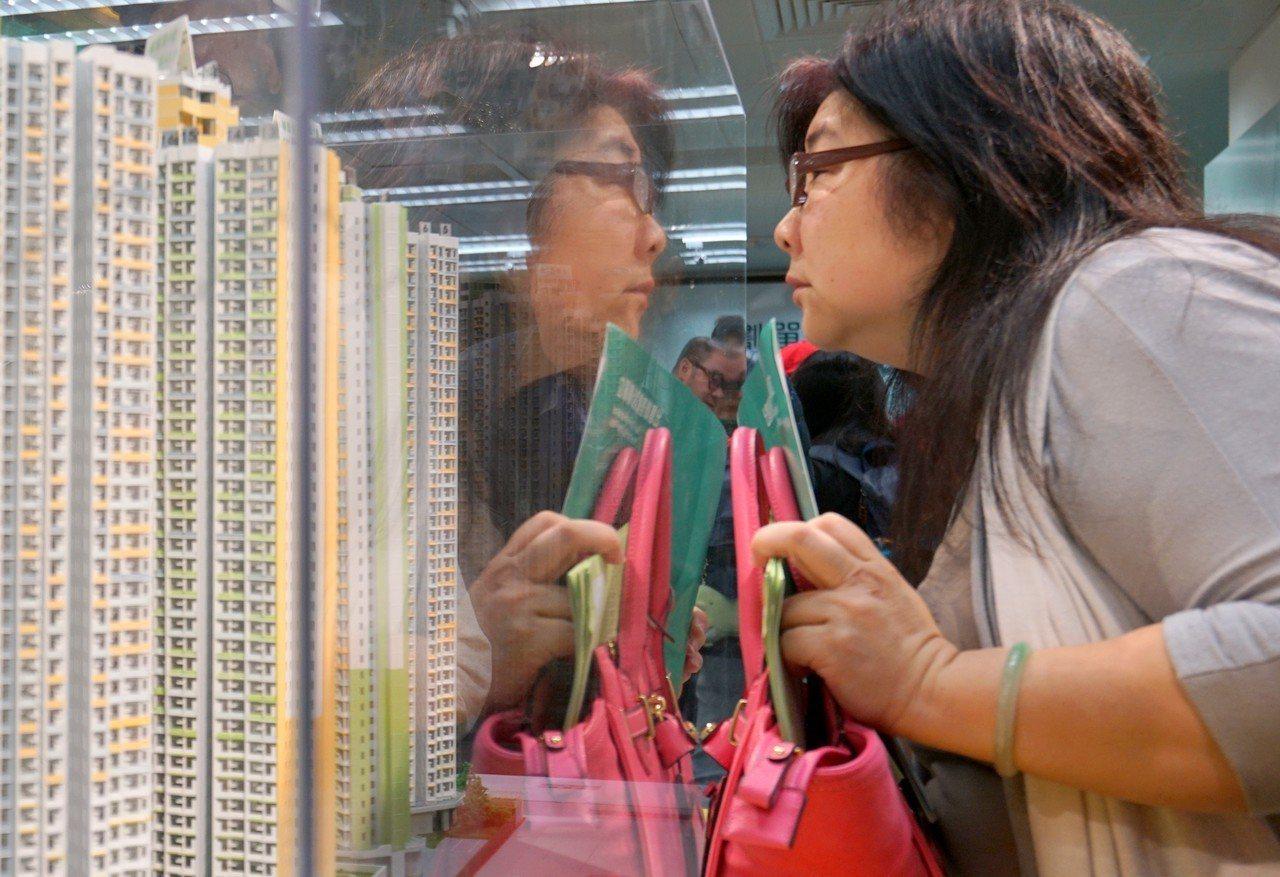 花旗銀行最新調查顯示,受惠樓價上升,香港淨資產達千萬元的富翁增至51.1萬新高,...