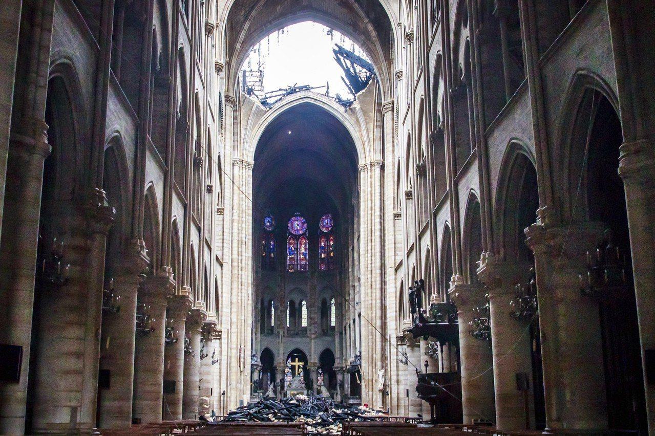 巴黎聖母院主堂屋頂被燒穿。 美聯社