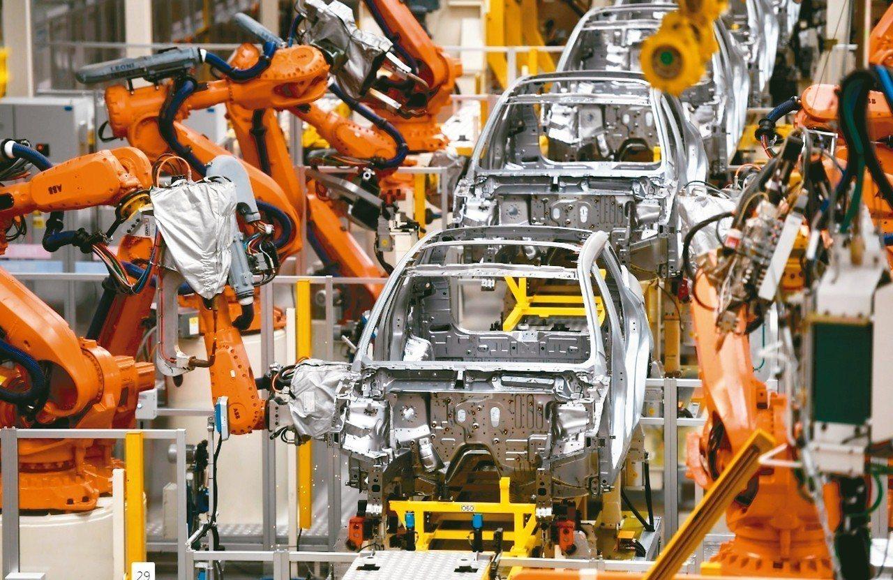 大陸經濟出現回穩跡象,今年第1季GDP成長6.4%。圖為浙江寧波吉利汽車生產線。...