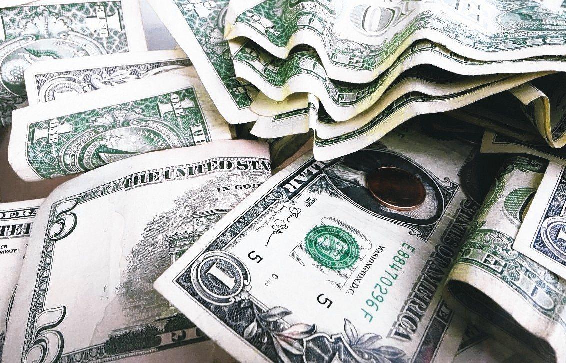 由於美國聯準會暫停升息,外銀預測美元可能年中開始走低。 美聯社