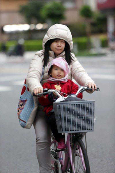 現行腳踏自行車規定不得載人,立委提案開放年滿18歲的腳踏自行車駕駛人可載七歲以下...