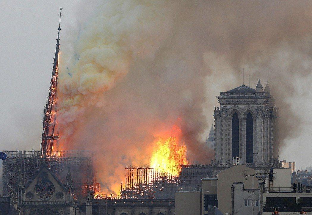 法國巴黎聖母院十五日發生火災,著名的尖塔在烈焰中倒塌。
