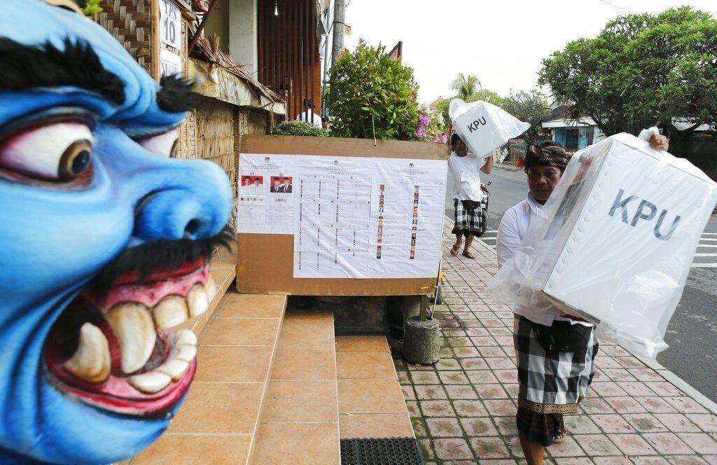 印尼今天展開全球規模數一數二的單日選舉活動,後勤作業任務艱鉅,不僅需出動大象運送...