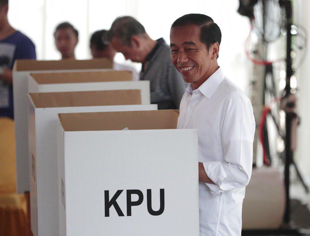 尋求連任的總統佐科威(Joko Widodo)在夫人的陪同下,上午10時30分左...