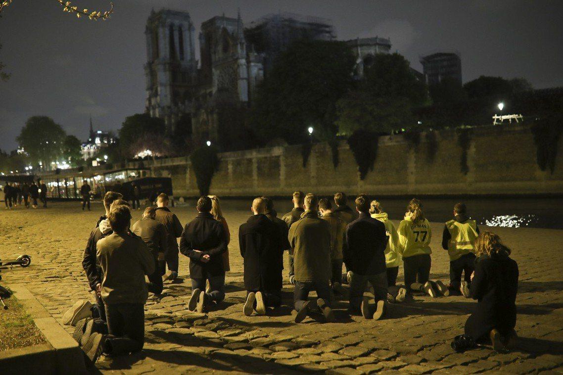 巴黎市民祈禱聖母院度過劫難。 圖/美聯社