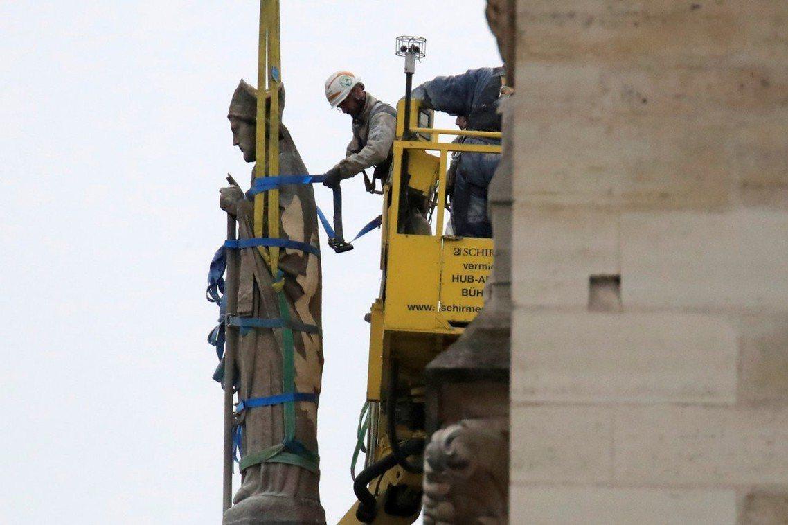 目前聖母院募得了近8億歐元的重建善款。但其中5億上下都是國民的隱藏稅金。若再加上...