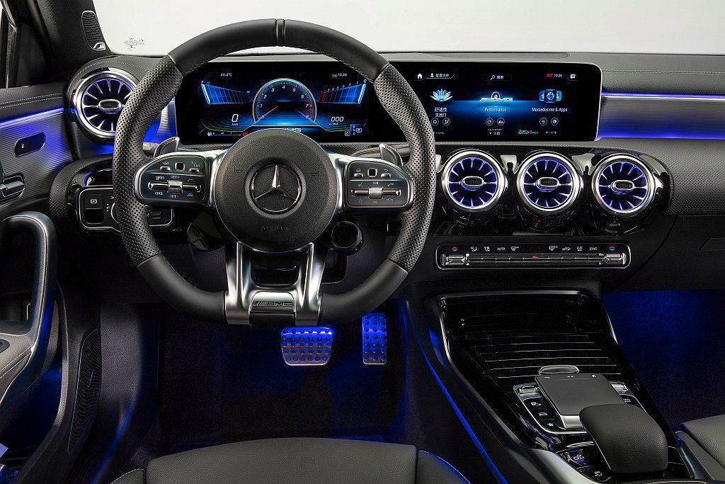 Mercedes-AMG A 35 L 4MATIC內裝鋪陳既有科技風格,如雙1...