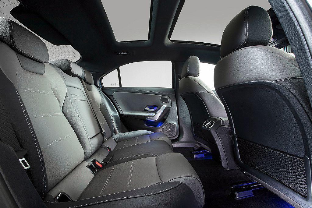 軸距拉伸後,使Mercedes-AMG A 35 L 4MATIC後座有更寬裕的...