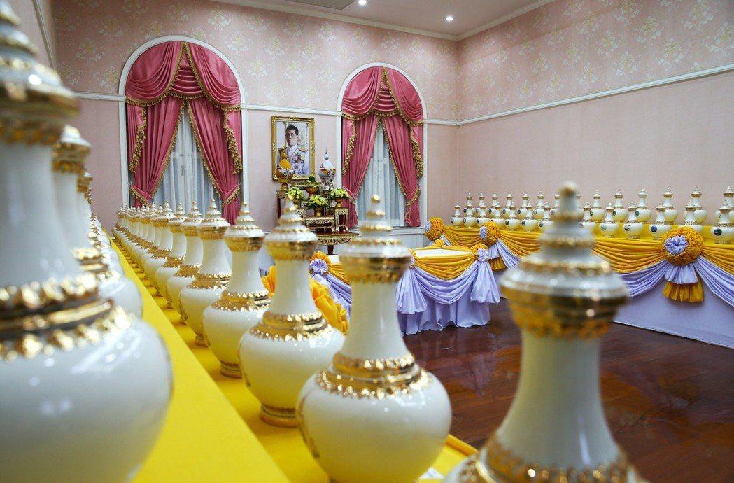 準聖水壺會被運送到位在曼谷的內政部,再移至皇家重地蘇泰寺舉行聖水混合儀式,藉世俗...
