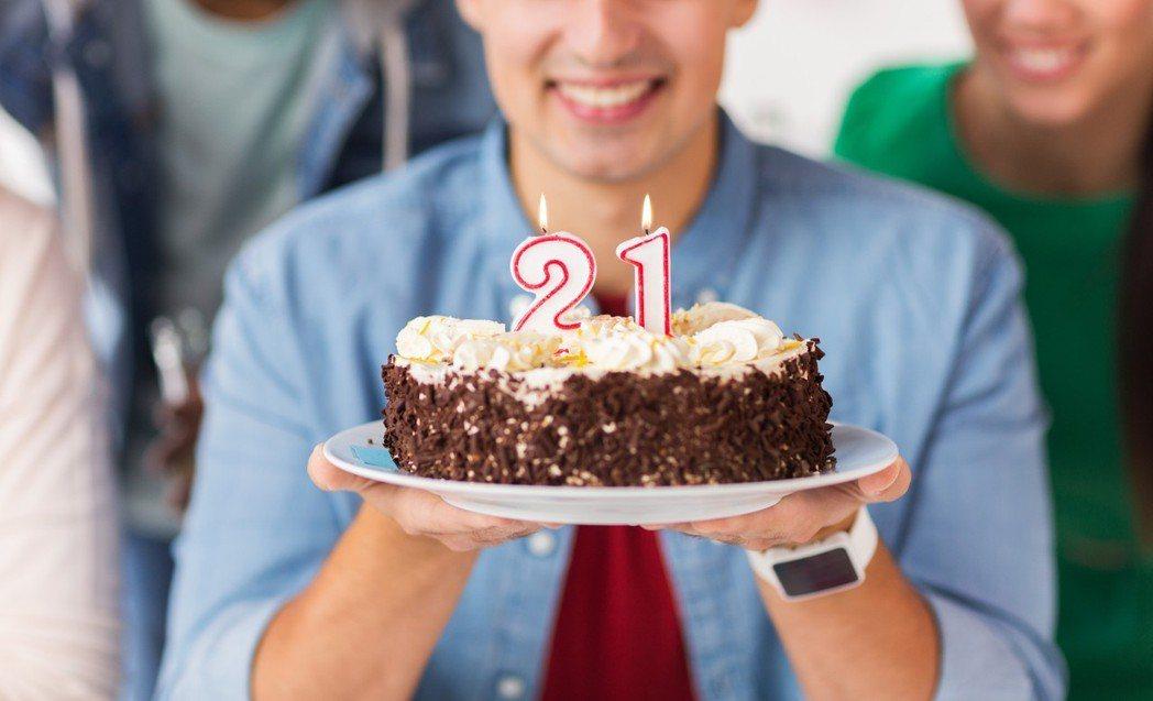 壽星生日被砸蛋糕,沒想到一根10公分鐵叉也跟著插入腦袋。圖片來源 Ingimag...