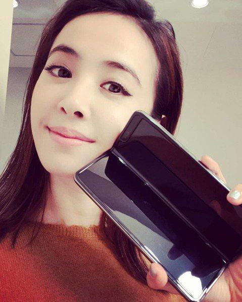 三星推出「螢幕可摺疊」新機 Samsung Galaxy Fold,代言人Jolin蔡依林也搶鮮開箱,在IG秀出新機,激動寫下:「來賓啊~~~我的心是悸動的!」,更曬出手機螢幕,「一分為二」的清晰開...