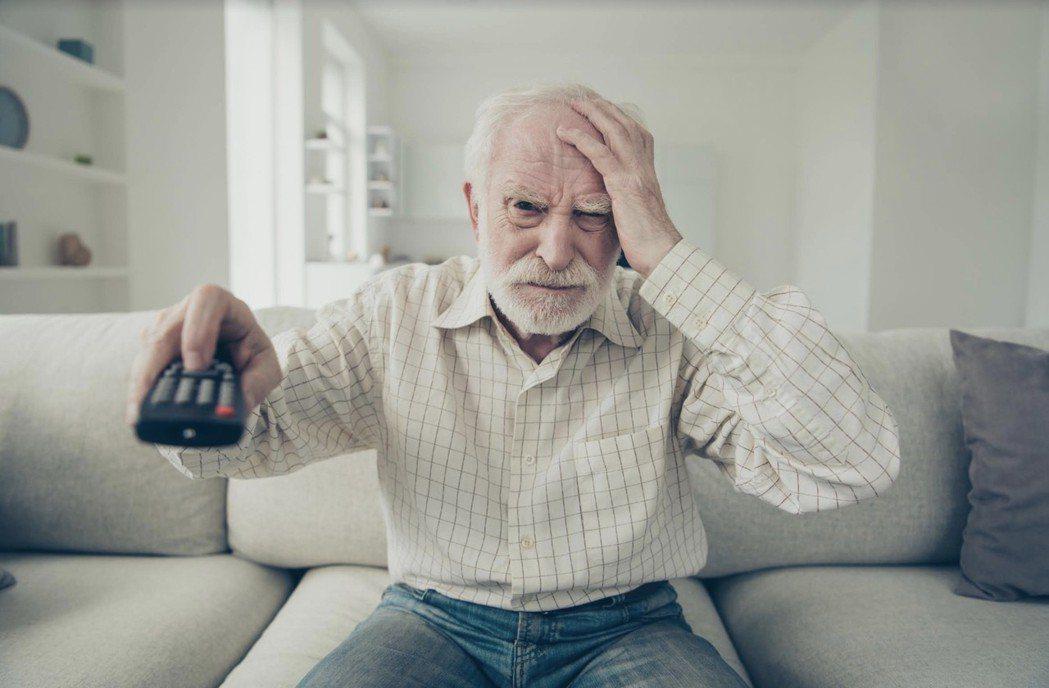遙控器按鍵複雜、常讓老人家頭昏眼花。 科技城/提供