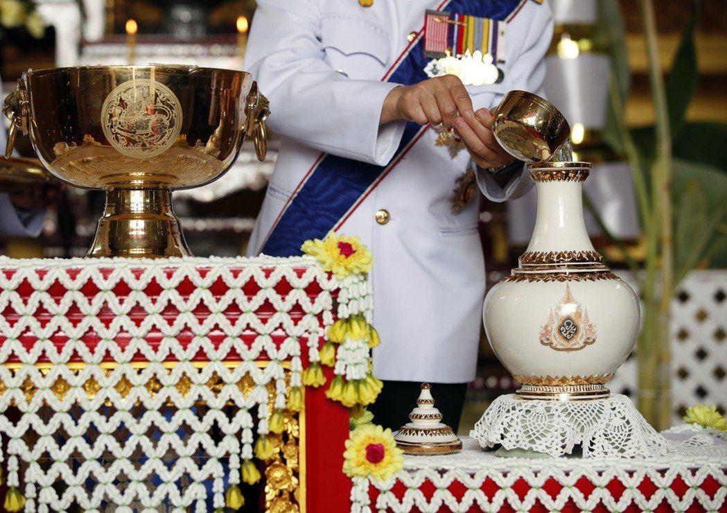 拉瑪十世的加冕儀式表定於4、5、6三日舉行,但其實整個儀式早已開始。4月初的「聖...