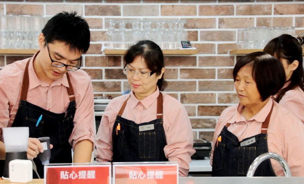 青年引導長輩製作餐點。圖/張以牧提供